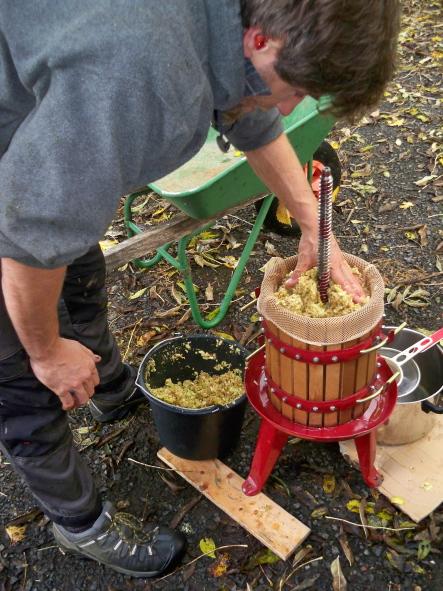 handdriven fruktpress som rymmer ca 20l äpplen